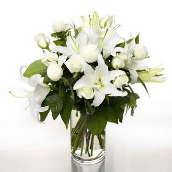 İstanbul Ümraniye çiçek gönderme sitemiz güvenlidir  1 dal cazablanca 7 adet beyaz gül vazosu