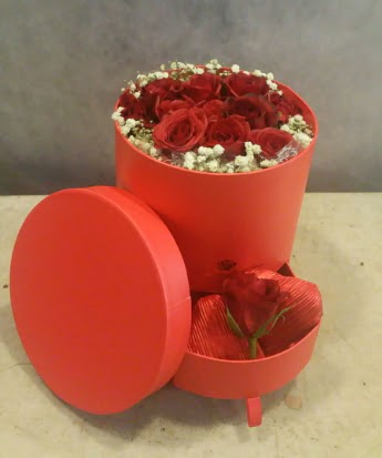 Çekmeceli kutu içerisinde çikolata ve güller  İstanbul Ümraniye çiçek satışı