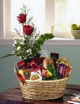 İstanbul Ümraniye uluslararası çiçek gönderme  sepet te çikolata ve gül