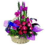 çikolata ve sepette çiçek   İstanbul Ümraniye çiçek gönderme sitemiz güvenlidir