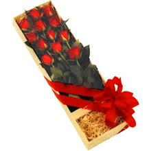 kutuda 12 adet kirmizi gül   İstanbul Ümraniye çiçek yolla