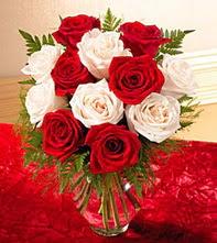 İstanbul Ümraniye uluslararası çiçek gönderme  5 adet kirmizi 5 adet beyaz gül cam vazoda