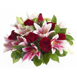 güller ve kazablnaklardan aranjman  İstanbul Ümraniye anneler günü çiçek yolla
