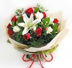 güller ve kazablanklardan görsel bir buket  İstanbul Ümraniye internetten çiçek satışı
