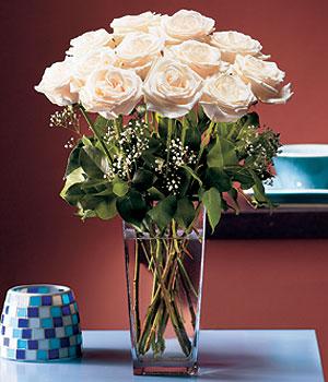 İstanbul Ümraniye hediye sevgilime hediye çiçek  Cam yada mika vazo içerisinde 12 gül