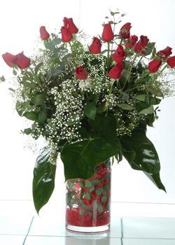 İstanbul Ümraniye güvenli kaliteli hızlı çiçek  11 adet kirmizi gül ve cam yada mika vazo tanzim