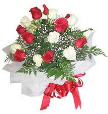 İstanbul Ümraniye çiçek , çiçekçi , çiçekçilik  12 adet kirmizi ve beyaz güller buket