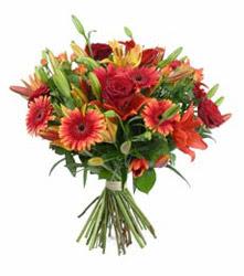 İstanbul Ümraniye çiçek gönderme  3 adet kirmizi gül ve karisik kir çiçekleri demeti