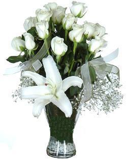 cam içerisinde 11 beyaz gül ve 1 kazablanka  İstanbul Ümraniye çiçek siparişi sitesi