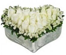 İstanbul Ümraniye kaliteli taze ve ucuz çiçekler  9 adet beyaz gül mika kalp içerisindedir