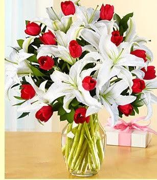 İstanbul Ümraniye çiçek siparişi sitesi  3 kazablanka 10 kırmızı gül vazosu