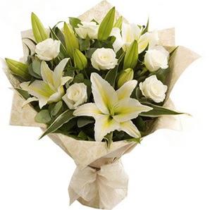 İstanbul Ümraniye anneler günü çiçek yolla  3 dal kazablanka ve 7 adet beyaz gül buketi