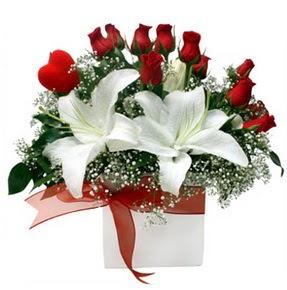 İstanbul Ümraniye çiçekçi mağazası  1 dal kazablanka 11 adet kırmızı gül vazosu