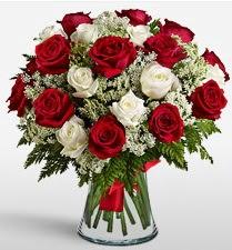 Vazoda 12 kırmızı 12 beyaz gül tanzimi  İstanbul Ümraniye uluslararası çiçek gönderme