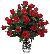 İstanbul Ümraniye çiçek siparişi sitesi  24 adet kırmızı gülden vazo tanzimi