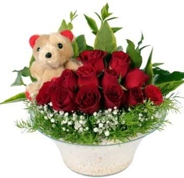 Cam tabakta 7 adet kırmızı gül ve küçük ayı  İstanbul Ümraniye çiçekçi mağazası