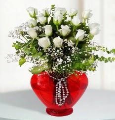 cam kalp içerisinde 12 adet beyaz gül  İstanbul Ümraniye online çiçek gönderme sipariş