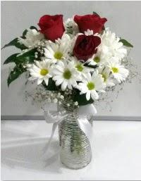 cam vazoda 3 adet kırmızı gül ve papatyalar  İstanbul Ümraniye internetten çiçek satışı