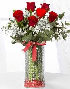 5 adet kırmızı gül kalp çubuk cam vazoda  İstanbul Ümraniye çiçek gönderme sitemiz güvenlidir