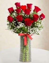 11 Adet kırmızı gül 1 adet kalp çubuk vazoda  İstanbul Ümraniye çiçekçi mağazası