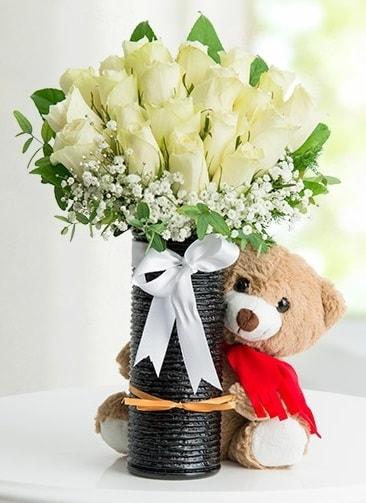 Cam vazoda 25 beyaz gül ve peluş ayı  İstanbul Ümraniye çiçek satışı