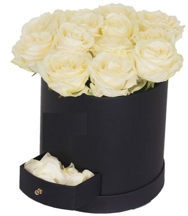 Kutu içerisinde 18 adet beyaz gül  İstanbul Ümraniye çiçek gönderme sitemiz güvenlidir