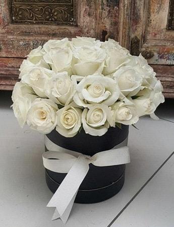 33 adet beyaz gülden görsel kutu tanzimi  İstanbul Ümraniye internetten çiçek siparişi
